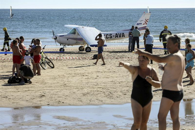 Avioneta mata a dos personas tras aterrizar en playa de Portugal