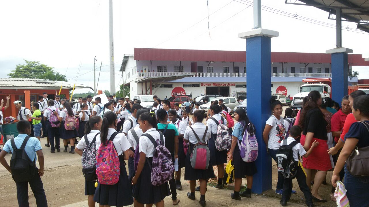 Estudiantes de Metetí cierran calle por falta de profesor - Crítica