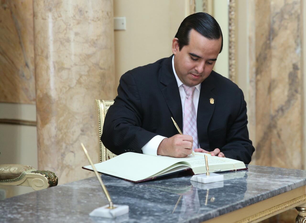 Carles toma posesi n como nuevo ministro del mida critica for Nombre del ministro del interior actual