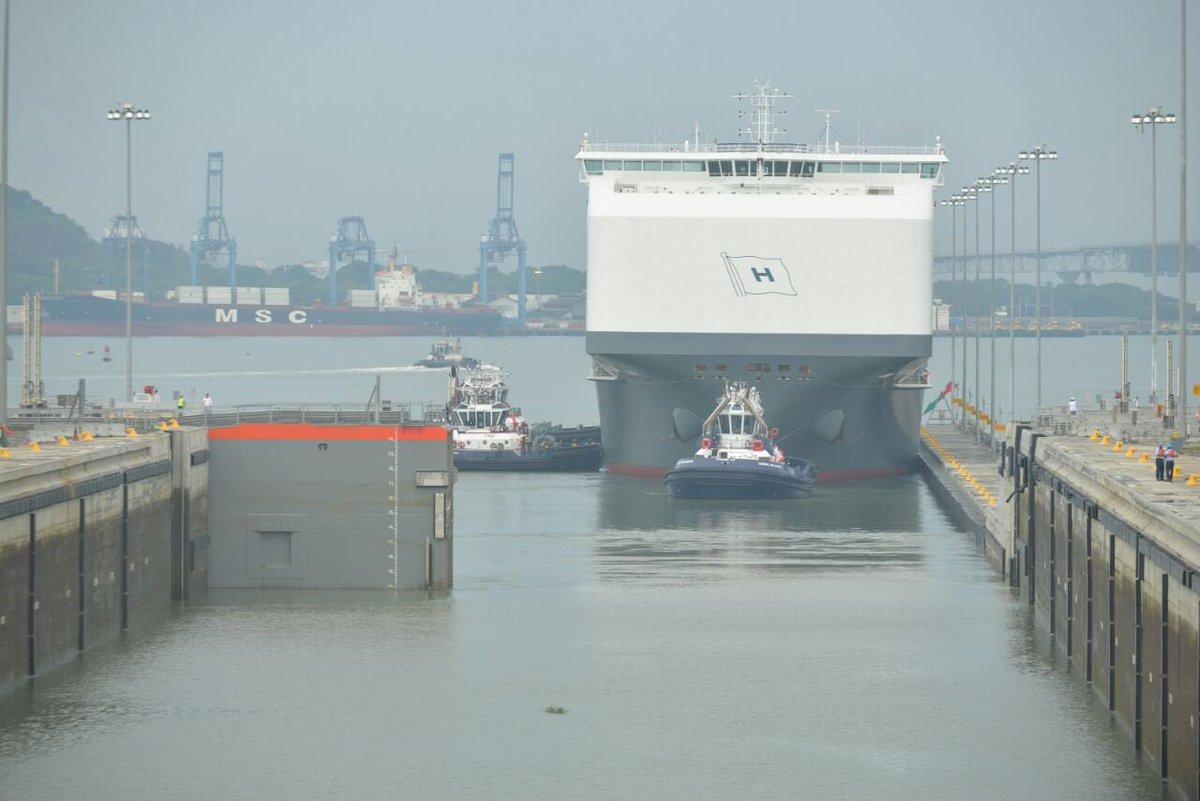 El buque portavehículos más grande del mundo cruza Canal de Panamá