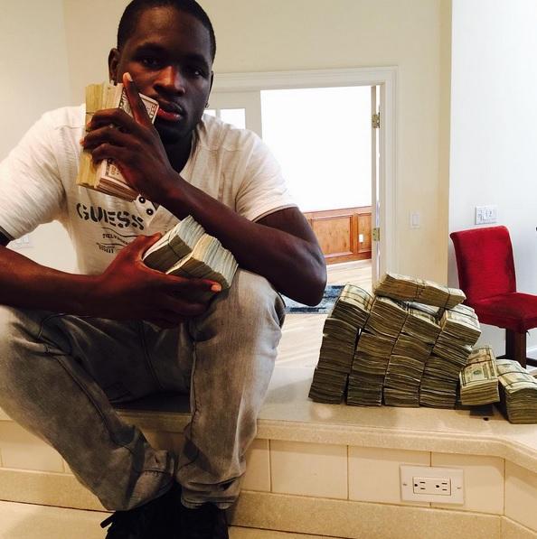 Rapero arroja billetes a indigentes
