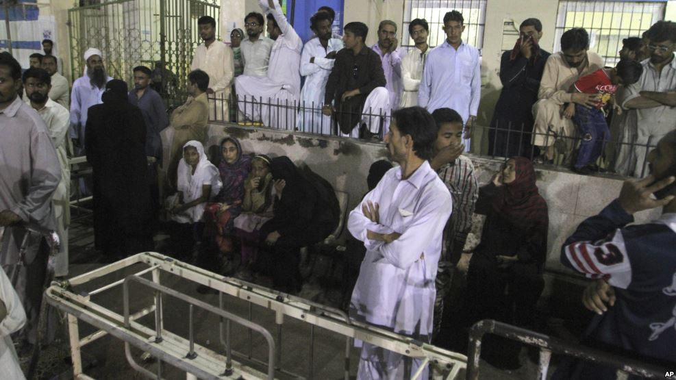 Explosión en santuario deja decena de muertos — Pakistán