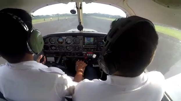 ¡Peligro! Caminan por pista de aterrizaje en Calzada Larga - Crítica