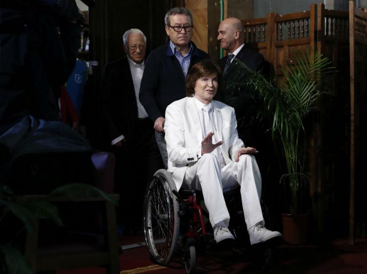 Camilo Sesto presenta en silla de ruedas su canción con el Papa