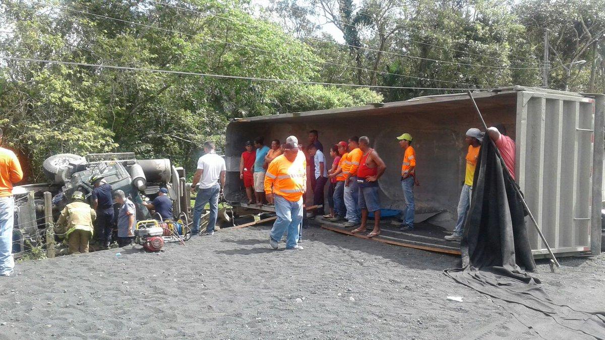 Camión volquete se voltea en Calzada Larga - Crítica