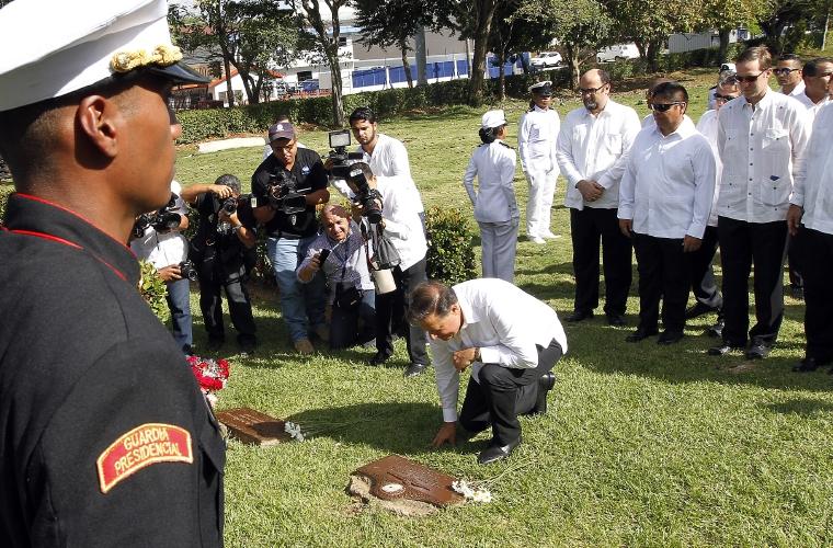 Honran a m rtires y queman mu eco de embajador critica for Cementerio jardin de paz panama