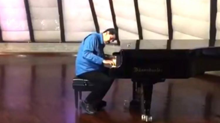 Nicolás Maduro se sienta al piano para recordar sus