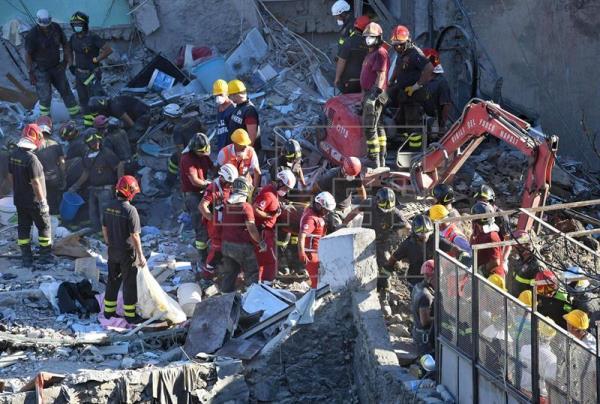 Recuperan ocho cuerpos de edificio derrumbado en Nápoles