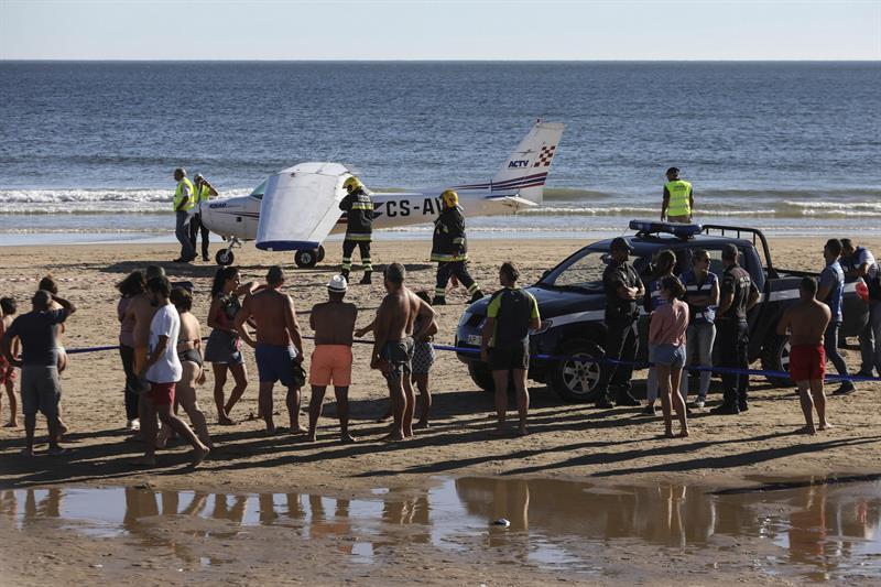 Avioneta aterriza en playa y mata a 2 bañistas