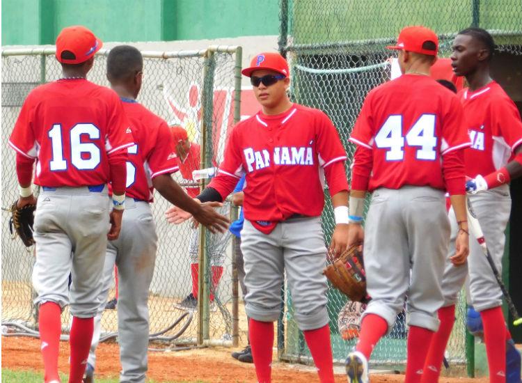Selección panameña de béisbol Sub-15 entrena en playa cartagenera