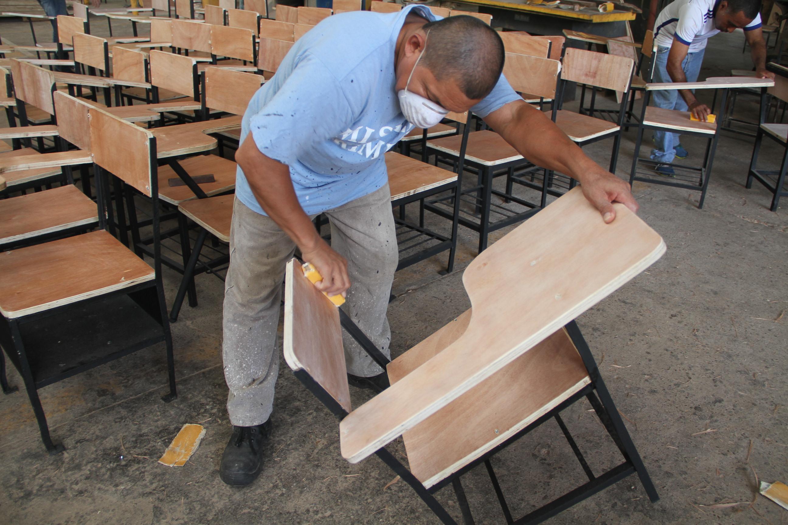 Privados de libertad reparan 2 769 sillas escolares critica for Sillas escolares
