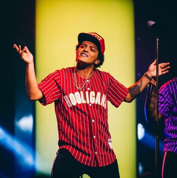 Bruno Mars dona 1 mdd a afectados por crisis de agua