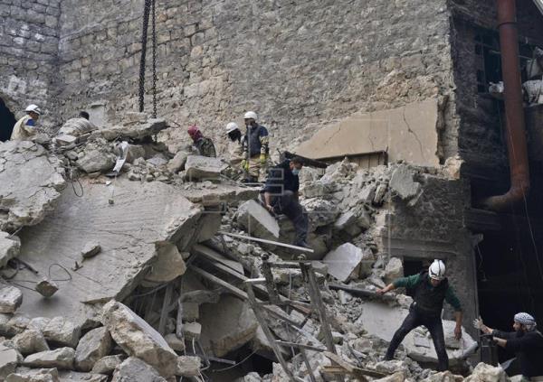 Rusos aniquilan con bombas instalaciones del EI en Siria