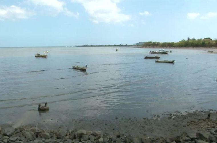 Buscan a mujer desaparecida tras naufragio de embarcación
