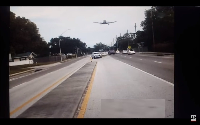 En el video se puede ver a la nave cuando choca contra varios árboles a un lado de la vía y deja un rastro de escombros. /  Captura de video AP