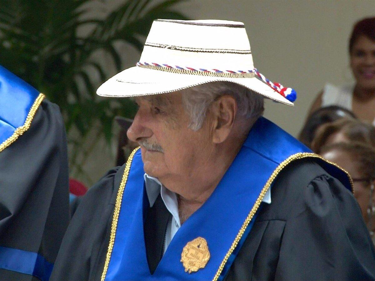Panamá condecora al expresidente de Uruguay José 'Pepe' Mujica