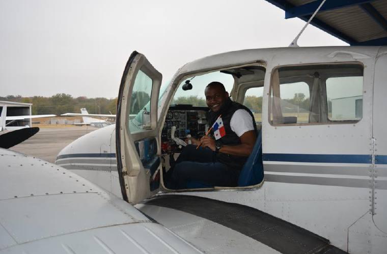 Se convirtió en piloto, a pesar que le negaron beca