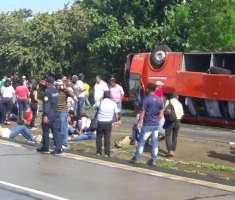 El colectivo, que trasladaba unos 30 pasajeros, quedó totalmente volteado a un costado de la vía luego de que el conductor perdiera el control, se va hacia los carriles contrarios y terminara accidentándose. / Foto: Traficasos