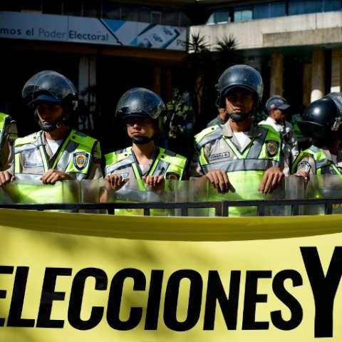 Legisladores de la oposición fue bloqueado por la policía cuando trataron de ingresar al Consejo Nacional Electoral (CNE) venezolano  para exigir al organismo Convocatoria para las elecciones regionales que iban a suceder el año pasado. Fotos: AFP