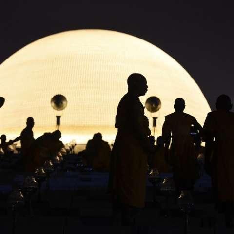 Monjes y devotos se reunieron en el templo budista en Nakhon Pathom, Tailandia. / Foto: AFP