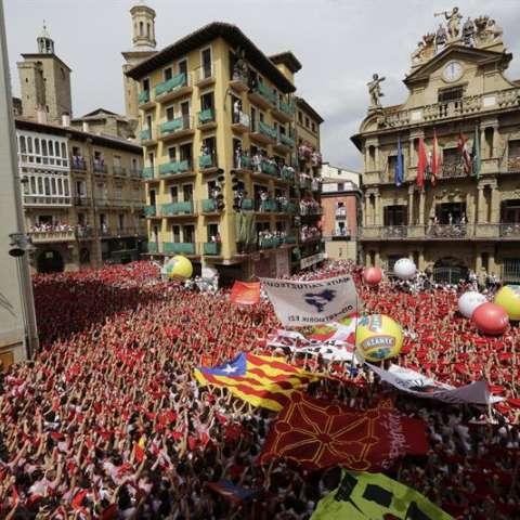 iles de personas festejan con sus pañuelos rojos alzados el inicio de las fiestas de San Fermín 2017, tras el lanzamiento del tradicional chupinazo desde el balcón del Ayuntamiento de Pamplona. EFE