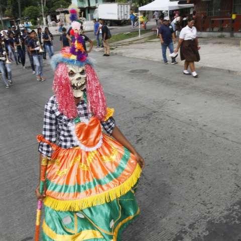 Más de 40 delegaciones estudiantiles participan hoy, martes, en el desfile cívico-cultural para celebrar los 498 años de fundación de la ciudad de Panamá la Vieja.  /  Foto: Edwards Santos