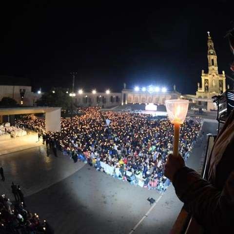 Fieles sostienen las velas durante la tradicional procesión de velas en el Santuario de Nuestra Señora de Fátima, en Portugal.  /  Foto: EFE