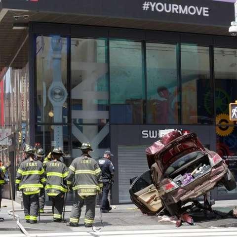 Vista del vehículo que ha atropellado a diez personas en Times Square, Nueva York (Estados Unidos).  /  Foto: EFE