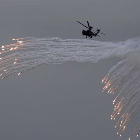 Los soldados taiwaneses disparan un AH-64E Apache mientras realizan maniobras durante el 33º ejercicio militar Han Kuang (Gloria Chino) anual.  /  Foto: EFE