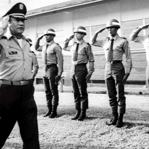Foto de archivo de 1985 del dictador panameño Manuel Antonio Noriega (izq) mientras saluda a las tropas en una localización no identificada en Panamá.  /  Foto: EFE
