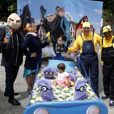 """Un grupo de personas con disfraces alusivos a la película """"Mi Villano Favorito"""" participan en la versión número 33 del Día Mundial de la Pereza en Itagüí (Colombia). EFE"""