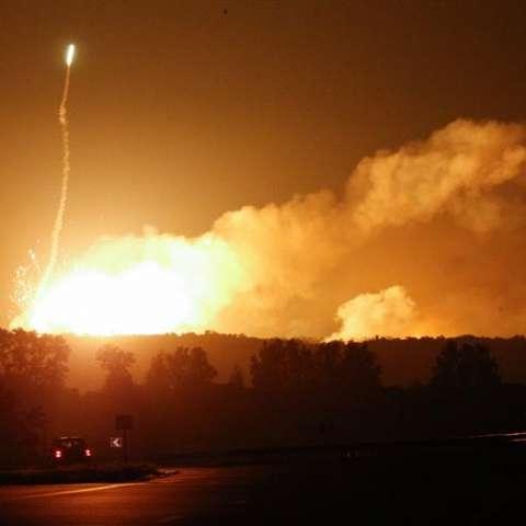 Llamaradas se elevan en el cielo durante una explosión en un depósito de municiones durante un incendio en la localidad de Kalynivka (Ucrania).  /  EFE