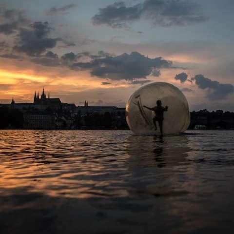 En el este de Europa, la República Checa, donde se alcanzaron temperaturas máximas de 38ºC este miércoles, ha registrado un aumento del 40 por ciento en el consumo de agua potable. EFE