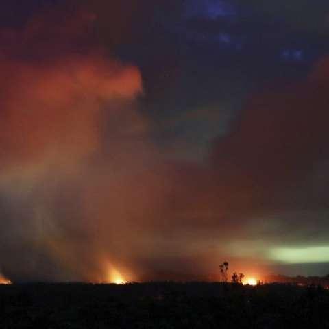 La lava es disparada hacia el cielo nocturno desde fisuras activas en la grieta este inferior del volcán Kilauea, cerca de Pahoa, Hawái. Foto: AP