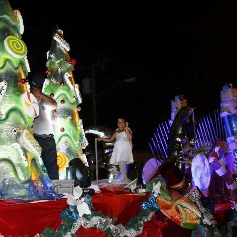 Hermosas carrozas iluminadas llenan de alegría a los niños asistentes al desfile de Navidad en San Miguelito.  /  Foto: Edwards  Santos