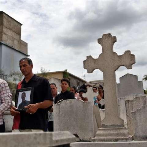 Decenas de personas asisten al funeral del matrimonio pastoral de María Salomé Sánchez y Manuel David Aguilar, ambos fallecidos en el accidente aéreo del pasado viernes. EFE