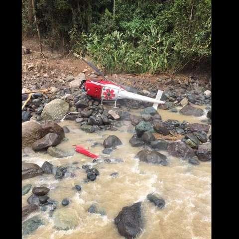 El helicóptero en el que viajaban los heridos se precipitó tras impactar con los cables de un canopy a orillas del Ríos Savegre, Costa Rica. /  Foto: Senan