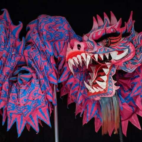 Un dragón hecho a mano es depositado entre bastidores antes del espectáculo del desfile de Año Nuevo, en Hong Kong, Chima. EFE