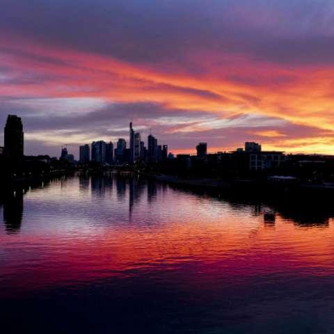 El sol se pone sobre el distrito bancario y el río Main en Frankfurt, Alemania. AP