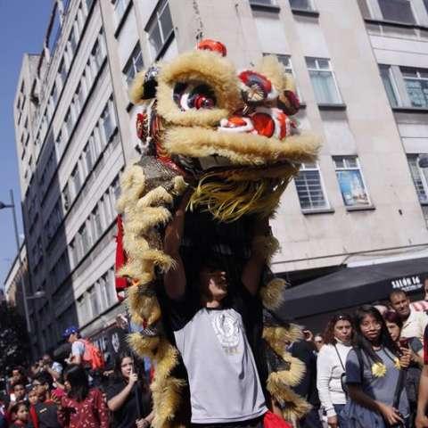 Asistentes acuden al Barrio Chino para participar en las celebraciones con motivo del Año Nuevo chino en México efe 2