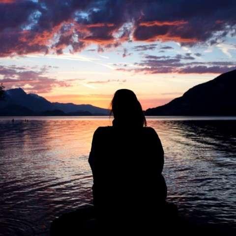 Una persona observa el atardecer en el lago Daerligen en Bernese Oberland (Suiza). EFE