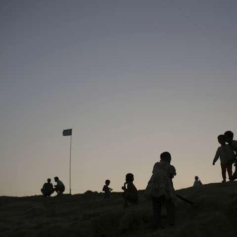 Los niños musulmanes rohingya se recortan contra el cielo crepuscular en el campo de refugiados de Jamtoli. /  Foto: AP
