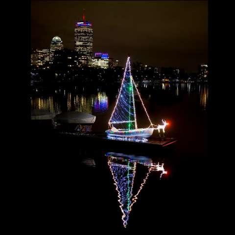 Vista de un barco iluminado con luces navideñas, en Boston (EE.UU.). /  EFE