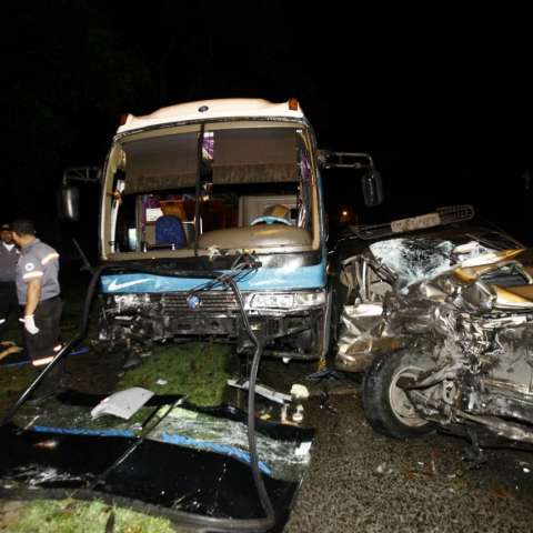 El fuerte impacto dejó daños considerables en el busito que cubría la ruta Terminal-Burunga