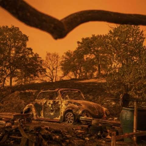 El Departamento de Bosques y Protección contra Incendios dijo que otros 440 inmuebles, incluidos graneros y depósitos, han sido destruidos. AP