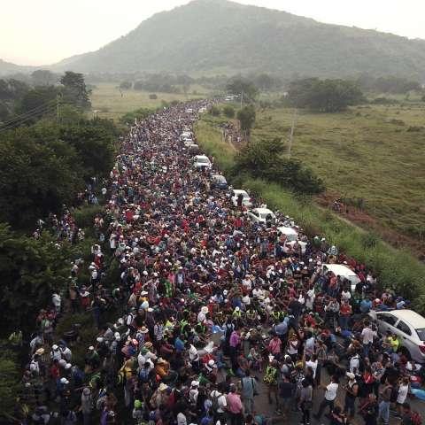 Miembros de una caravana de migrantes con destino a los Estados Unidos se paran en una carretera después de que la policía federal bloqueó brevemente su camino fuera de la ciudad de Arriaga, México, el 27 de octubre de 2018. Foto de AP