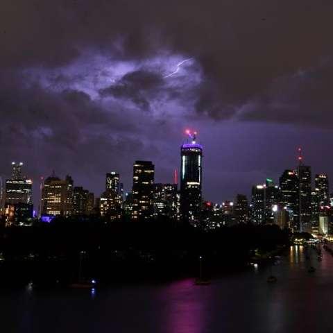 Nubes de tormenta y rayos pasan sobre el horizonte de la ciudad de Brisbane (Australia). EFE