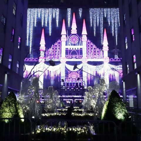 Vista de unos ángeles de Navidad junto a la tienda Saks Fifth Avenue cerca al árbol de navidad del Rockefeller Center durante la ceremonia 84 de su encendido hoy, 30 de noviembre de 2016, en Nueva York. EFE