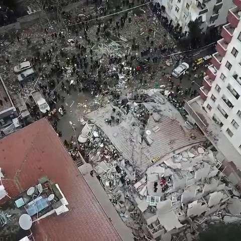 El edificio, que tenía 43 personas viviendo en 14 apartamentos, tenía una planta baja al nivel de la calle y siete pisos más altos, dijo el gobernador de Estambul, Ali Yerlikaya, y agregó que los tres pisos superiores se habían construido ilegalmente. AP
