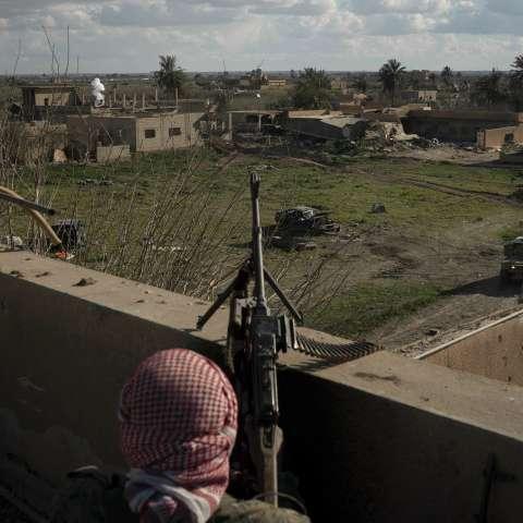 Los extremistas realizan una última defensa en el este de Siria, ocultándose entre cientos de civiles. AP